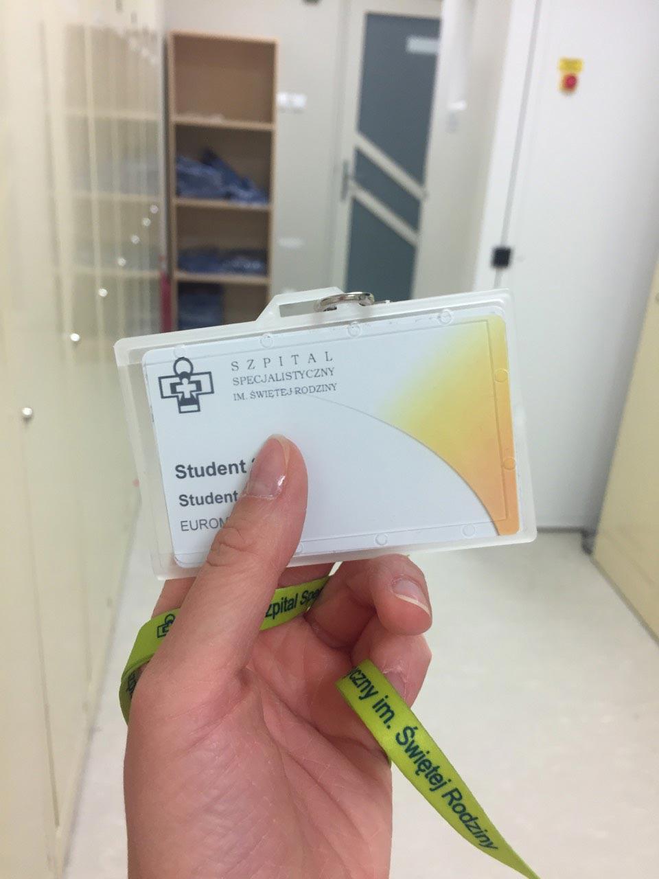 с магнитной ключ-картой в клинике Святого Семейства